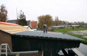 Niet-geïsoleerde dakpanplaten aanbrengen op afdak